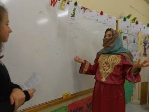 I always encourage my students to use short plays, skitses or other drama activities to present their projects in class. That's always on a volunteer basis but, MOST of my kids are eager to take part in them!! Here,..... Hurem, Sultan Suleiman's wife is being interviewed about her life in the harem !! Improvisation works miracles! Kids, decide about their costumes and they write their own lines.....