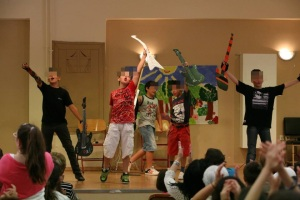 """ Your face sounds familiar-A concert"": The FUN element of ELT music shows, is is obvious in this photo!!"
